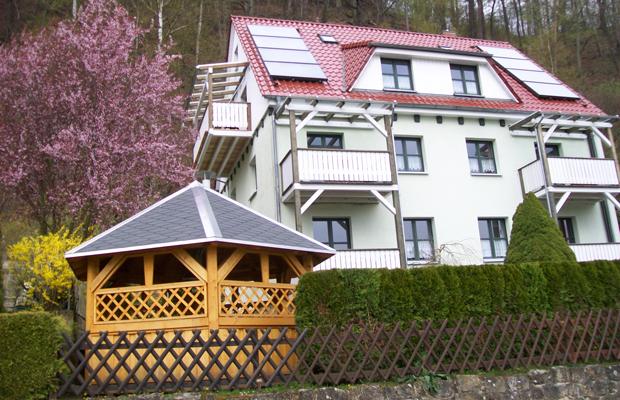 Haus Heidi Rathen von außen mit Grillpavillon