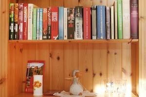 Buchinsel im Haus Heidi